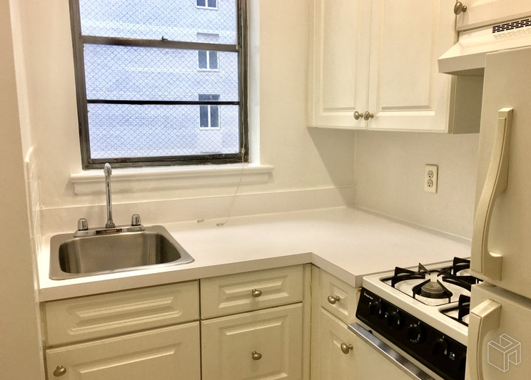 210 EAST 58TH STREET, Midtown East, $2,885, Web #: 18904593