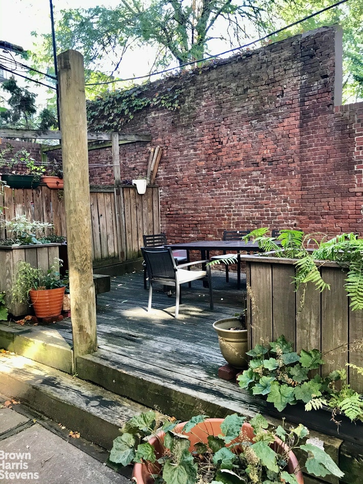 HUGE 2BR DUPLEX WITH OUTDOOR SPACE, Carroll Gardens, $4,500, Web #: 20437844
