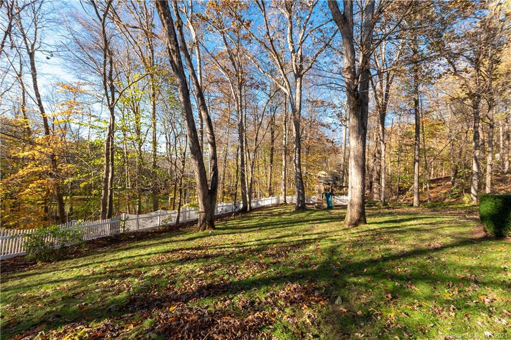 32 Colonial Road, New Canaan, Connecticut, $1,295,000, Web #: 170370478