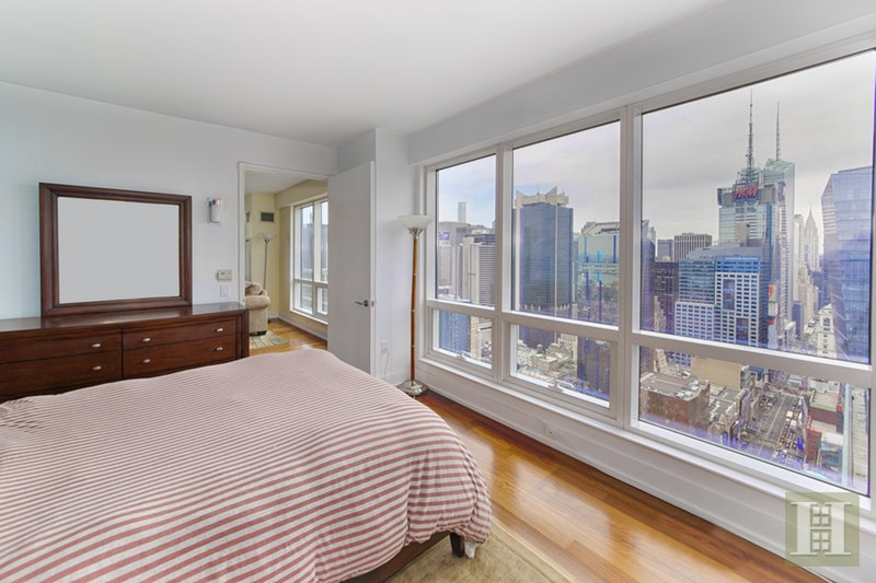 350 West 42nd Street 47D, Midtown West, NYC, $6,300, Web #: 17088275