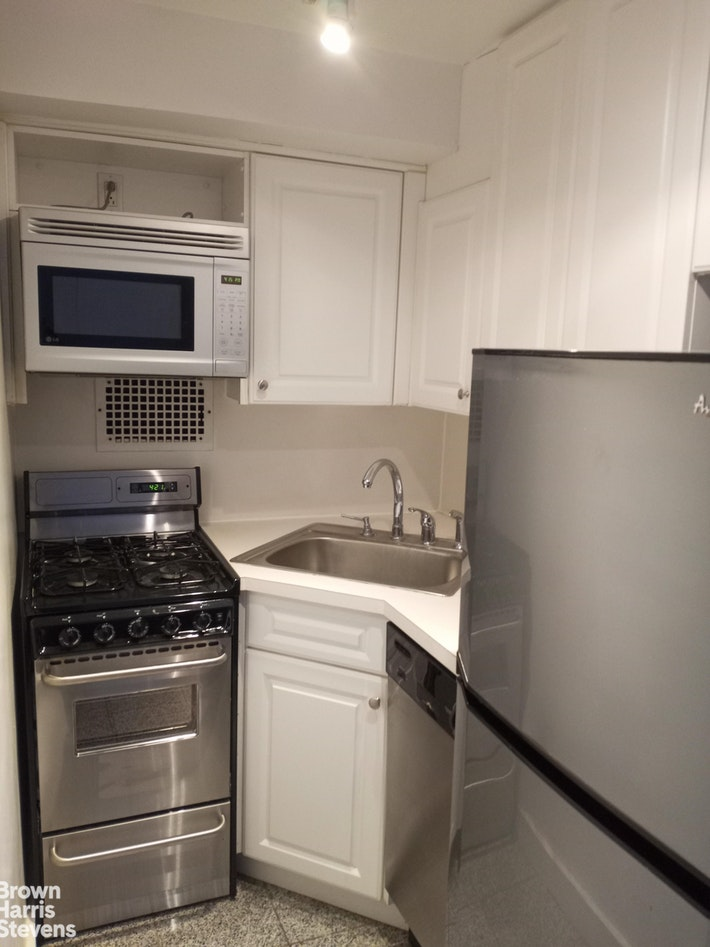 210 East 58th Street 10D, Midtown East, NYC, $1,995, Web #: 20710696